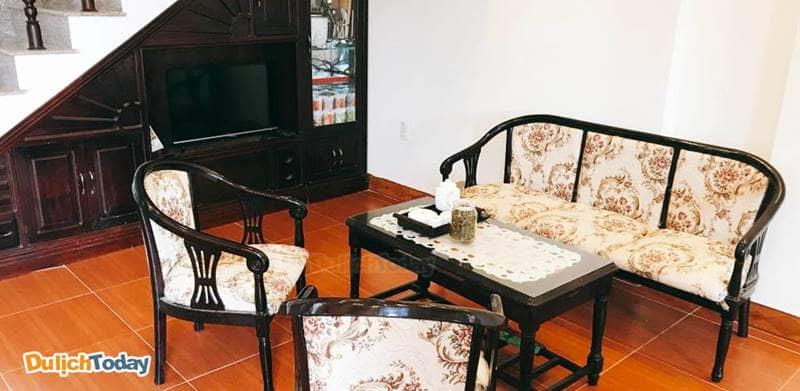 Nội thất trong biệt thự khá đơn giản, mang phong cách Đông Dương xưa
