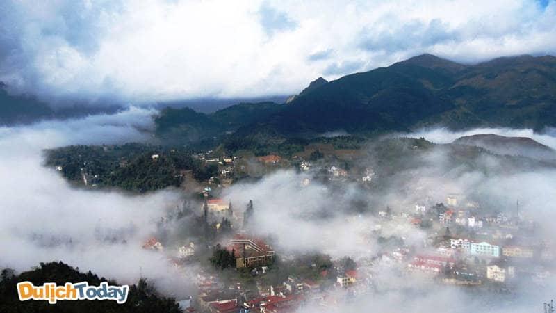 SaPa mờ sương vào sáng sớm nhìn từ núi Hàm Rồng