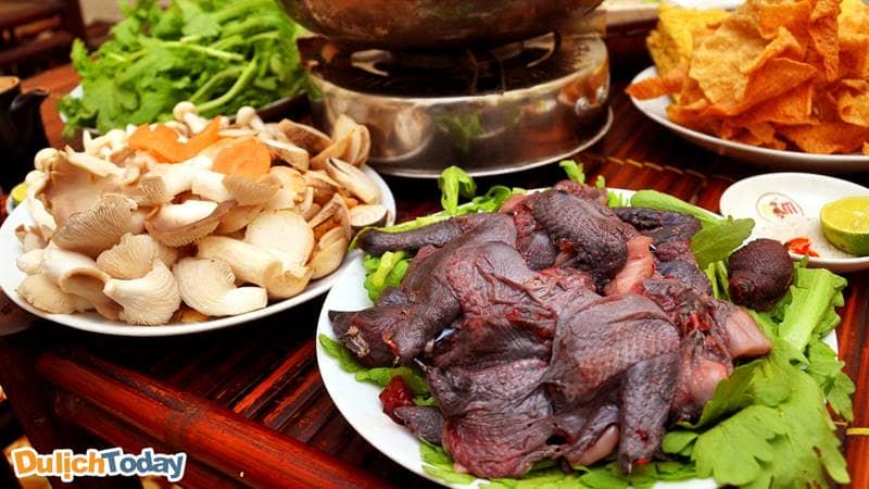 Lẩu gà đen với nước dùng có vị thuốc bắc bổ dưỡng