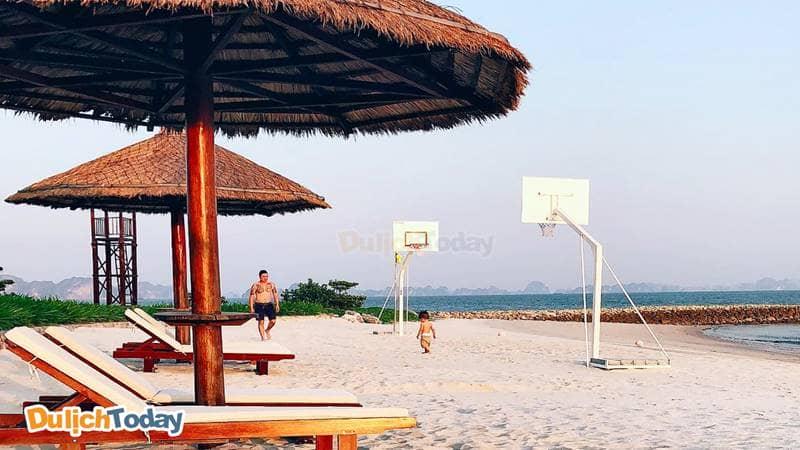 Cột chơi bóng rổ trên bãi biển