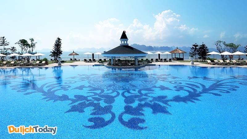 Bể bơi ngoài trời có tầm nhìn ra vịnh Hạ Long, ở giữa là quầy bar phục vụ đồ uống