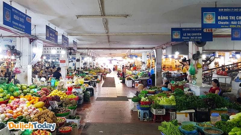 Thiết kế và bày trí trong chợ gọn gàng, có biển hiệu cho từng gian hàng