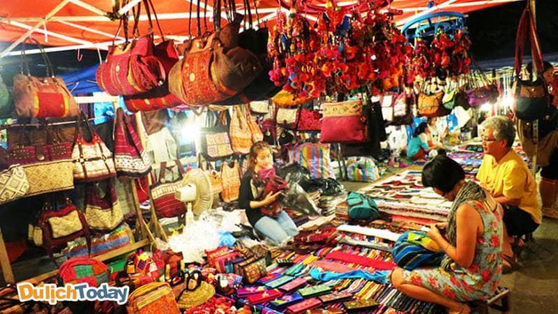 Một gian hàng bán túi xách, đồ lưu niệm tại chợ đêm