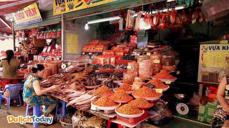 Chợ Hạ Long 2 với nhiều gian hàng bán hải sản khô