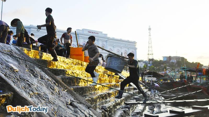 Người dân chài với những gánh hàng đầy ắp hải sản
