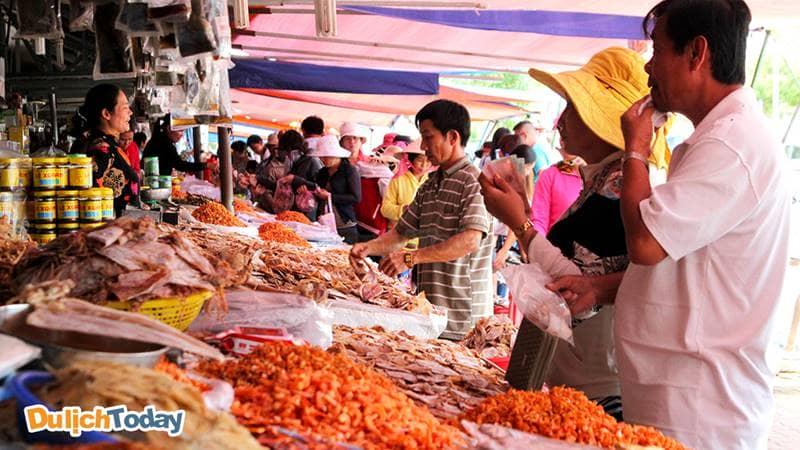 Khu vực bán hải sản khô tại chợ Hạ Long có nhiều loại đa dạng