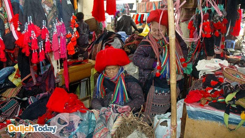 Gian hàng của người Dao đỏ trong khu chợ Sapa