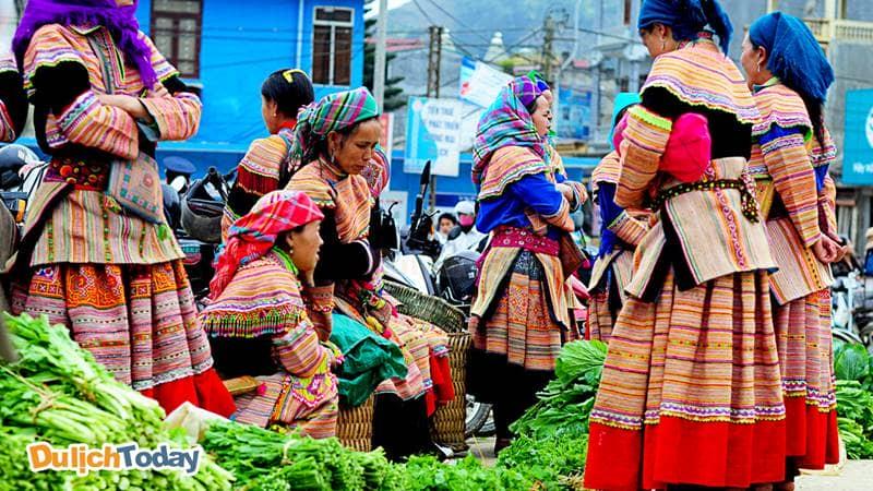 Phụ nữ người Mông trong bộ trang phục sặc sỡ ở chợ phiên Sapa