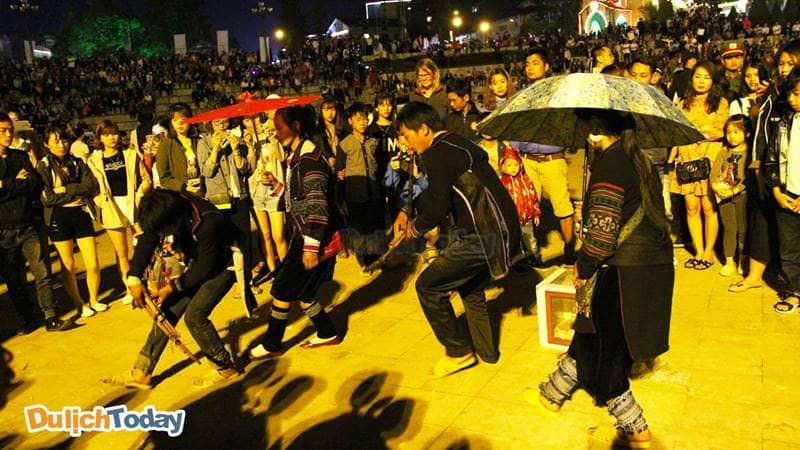 Các chàng trai cô gái người Mông giao lưu văn nghệ tại phiên chợ tình Sapa