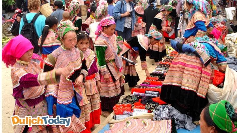 Chợ Sapa tấp nập người mua - kẻ bán