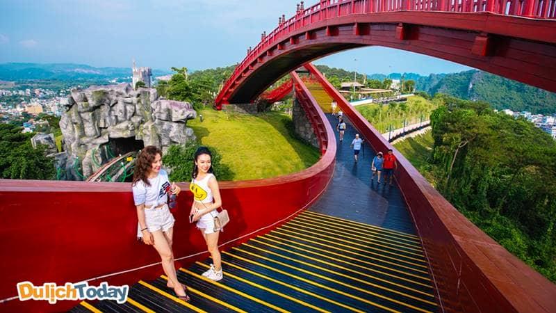 Cầu Koi ở Vườn Nhật Bản có thiết kế độc đáo