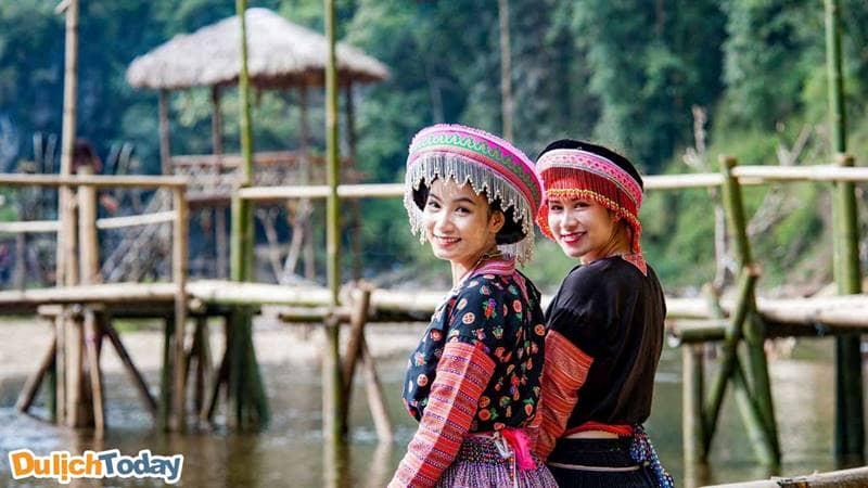 Du khách có thể thuê trang phục dân tộc để chụp ảnh trong bản Cát Cát