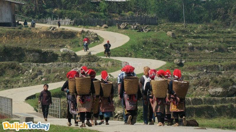 Người Dao đỏ trở thành những người hướng dẫn viên du lịch cho du khách nước ngoài