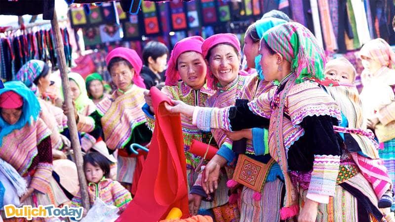 Phiên chợ Sapa đầy màu sắc