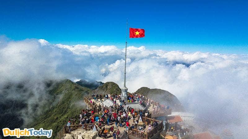 Đinh Fansipan - địa danh du lịch thu hút du khách vào mùa mây