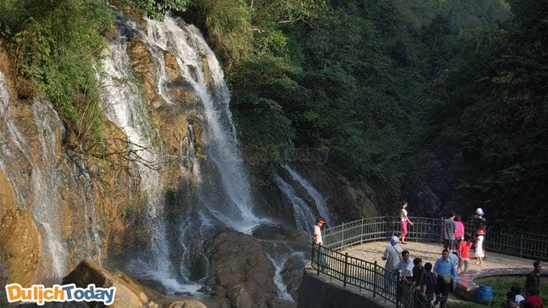 Thác Tiên Sa nằm trong bản Cát Cát - địa điểm du lịch Sapa mà du khách không thể bỏ lỡ