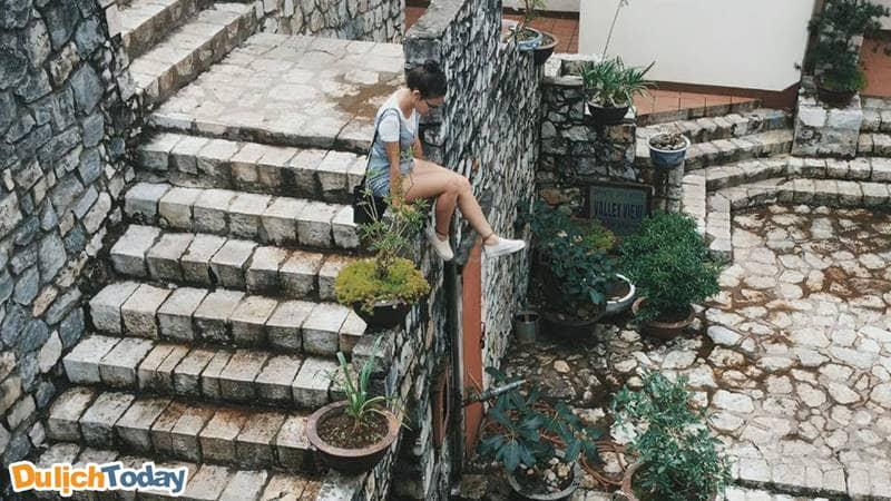 Tu viện cổ Tả Phìn trở thành điểm chụp ảnh của nhiều bạn trẻ