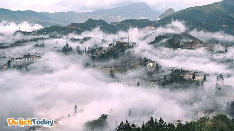 Cả thành phố Sapa chìm bảo biển mây vào mỗi buổi sáng trong tiết trời tháng 11