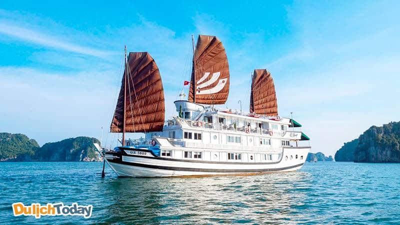 Du thuyền Bhaya Classic vỏ gỗ, thiết kế Á Đông có sự xen kẽ giữa 2 màu trắng - nâu