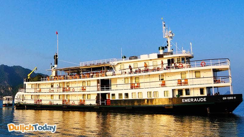 Du thuyền Emeraude Classic có thiết kế mô phỏng tàu hơi nước có mái chèo