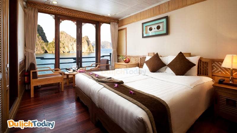Cabin trên du thuyền được thiết kế với chất liệu gỗ sáng màu