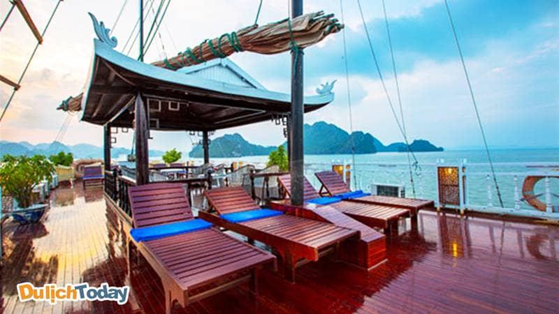 """Boong thuyền rộng rãi, ở giữa là đình 4 góc nhỏ """"rất Việt Nam"""""""