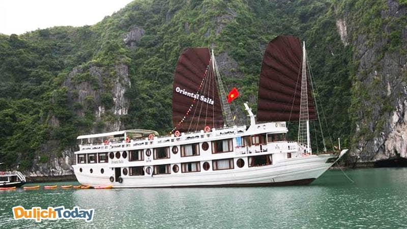 Du thuyền Hạ Long Oriental Sails có thiết kế vỏ gỗ nhỏ xinh