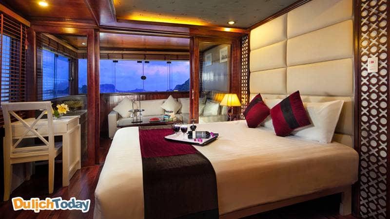 Cabin trên du thuyền dưới ánh đèn vàng ấm áp