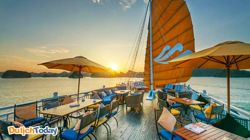 Nhâm nhi đồ uống và ngắm cảnh hoàng hôn trên vịnh Hạ Long từ boong tàu