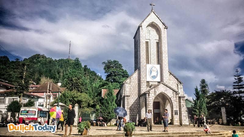 Nhà thờ đá ở trung tâm thị trấn Sa Pa