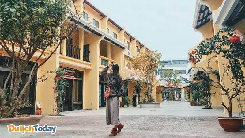 Mặc trang phục kiểu vintage checkin tại phố cổ Hạ Long