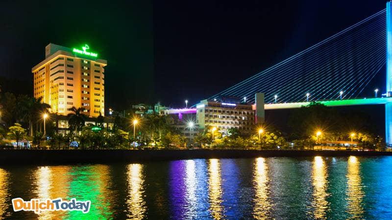 Khách sạn Hạ Long Plaza có tầm nhìn toàn cảnh ra cầu Bãi Cháy