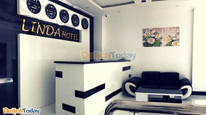 Khách sạn trang trí bằng tông màu chủ đạo trắng đen lịch sự,trang trọng