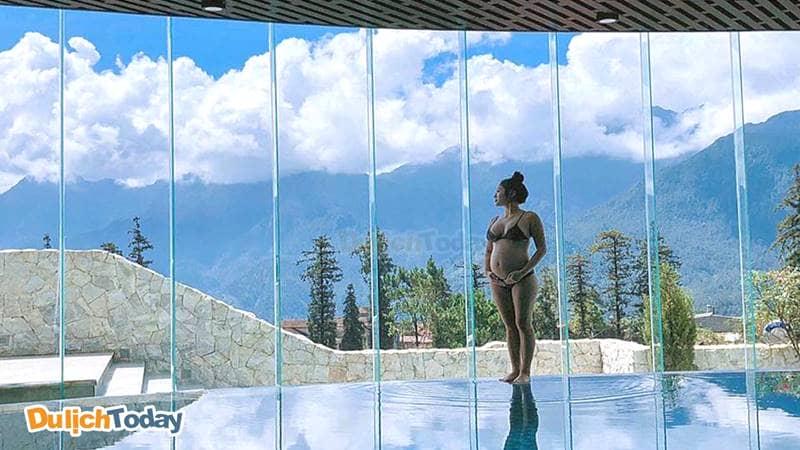 Bể bơi với kính trong suốt có thể thưởng ngoạn cảnh sắc bên ngoài