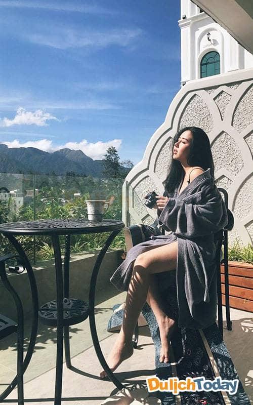 Tận hưởng ánh nắng ấm áp từ ban công của resort Silk Path Sapa