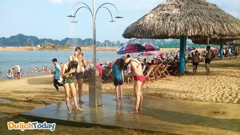 Bãi biển Tuần Châu được nâng cấp hiện đại hơn với khu tắm tráng tự động