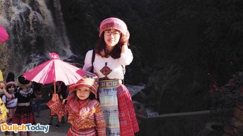 Thuê trang phục và chụp ảnh cùng với em bé người Mông ở bản Cát Cát