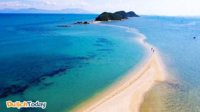 Con đường cát trắng ẩn hiện giữa lòng đại dương trong xanh tại đảo Điệp Sơn
