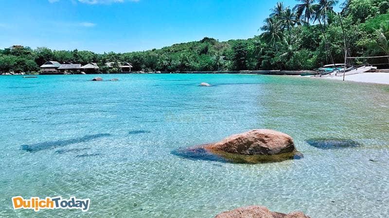 Nước biển trong xanh, xa xa là khu resort - dịch vụ lưu trú duy nhất tại hòn Ông