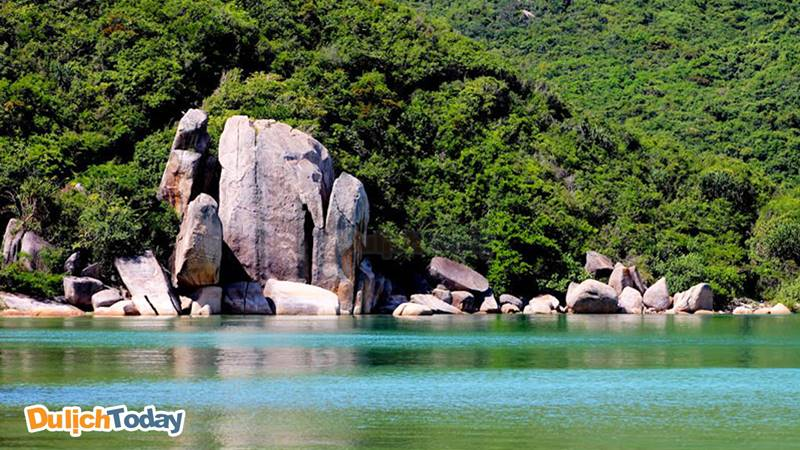Bãi Sơn Đừng nổi bật với làn nước biển màu xanh lá