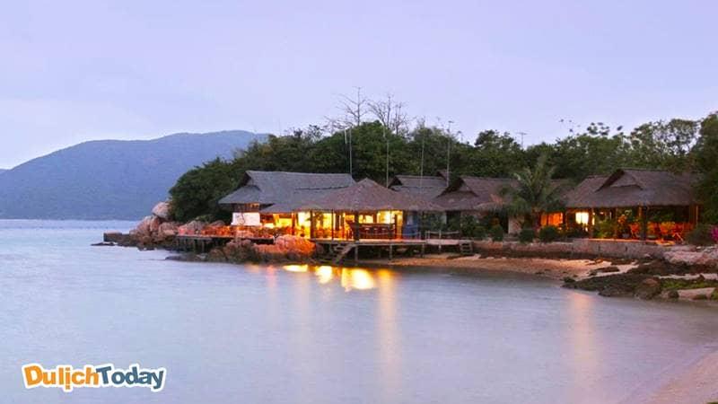 Whale Island Resort trên đảo Cá Voi sở hữu những căn Bungalow nằm sát biển