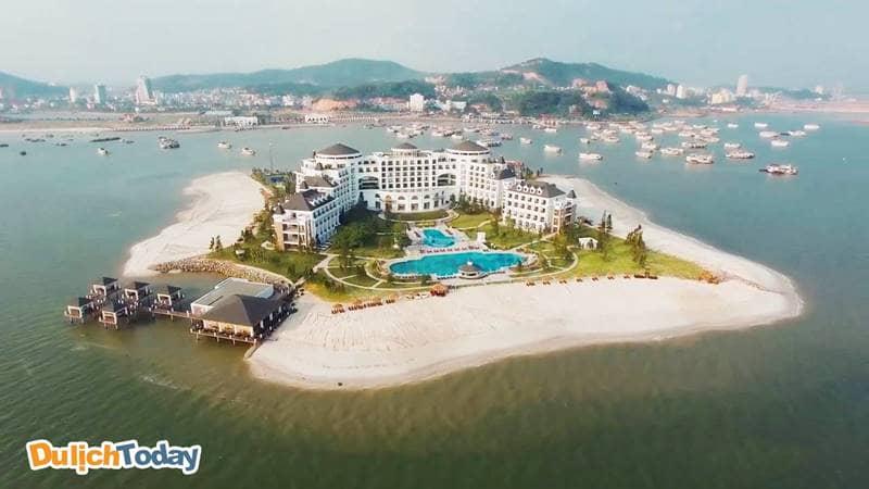Khu nghỉ dưỡng sở hữu 4 mặt giáp biển và 3 bãi tắm nhân tạo
