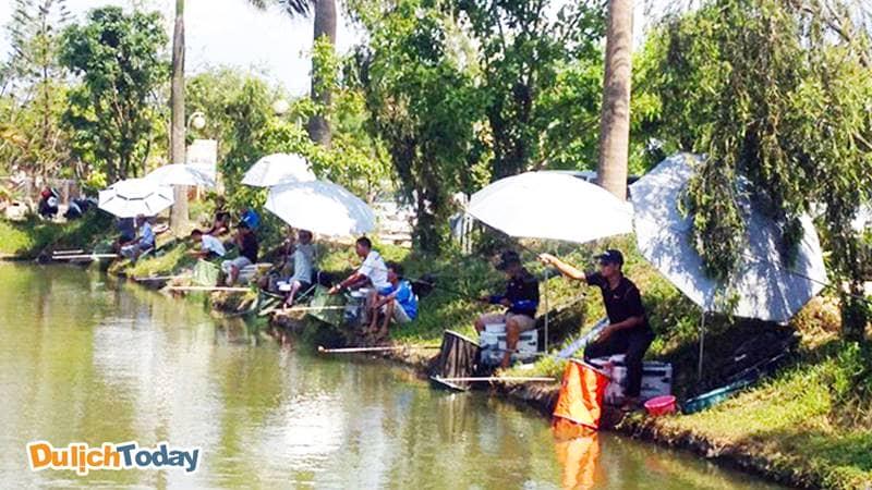 Câu cá giải trí là một hoạt động ưa thích của nhiều du khách khi đến Vườn Vua Phú Thọ