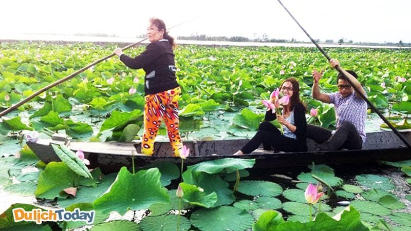 Chèo thuyền hái sen trên Đầm sen Bạch Thủy tại Vườn Vua Resort