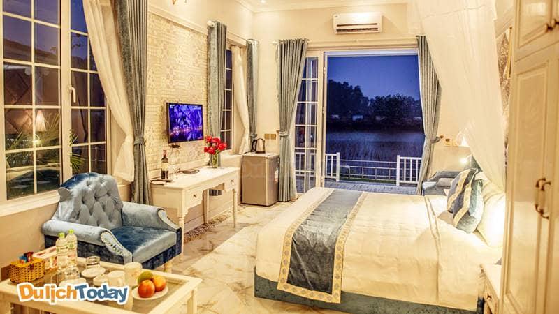 Phòng nghỉ ở khu Biệt Thự Đồng Quê nằm sát ven hồ sen đem đến cảm giác yên bình và thư thái cho du khách