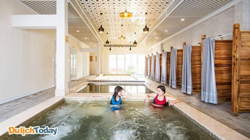 Bể bơi khoáng nóng tại Vườn Vua được dẫn trực tiếp từ nguồn khoáng nóng Thanh Thủy tự nhiên và rất tốt cho sức khỏe