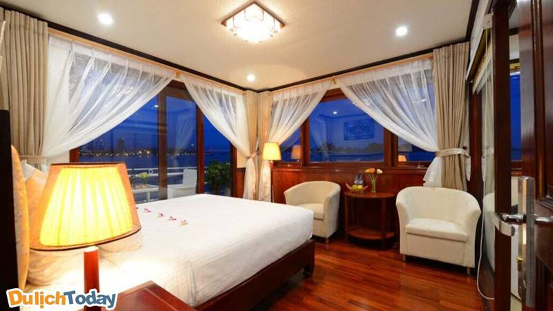 Thiết kế trang nhã kiểu cổ điển, được trang trí với màu nâu đỏ và trắng trên du thuyền