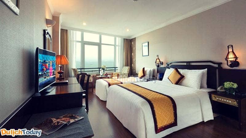 Mỗi phòng nghỉ của khách sạn đều được thiết kế có khung cửa rộng có view đẹp hướng vịnh