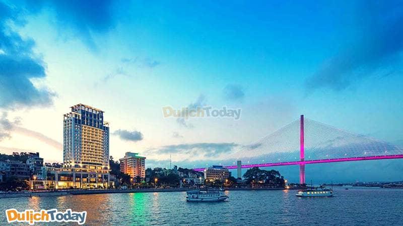 Khách sạn Wyndham Legend nổi bật bên cầu bãi Cháy, biểu tượng mới của Hạ Long