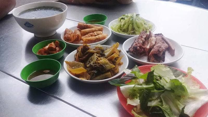 Thưởng thức các món bình dân ở chợ nông sản Đà Lạt. Nguồn: Internet